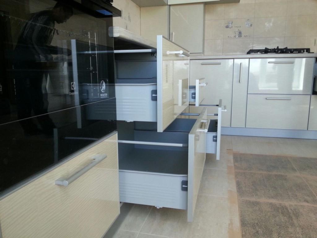 Угловая кухня в современном стиле , выполнена на заказ