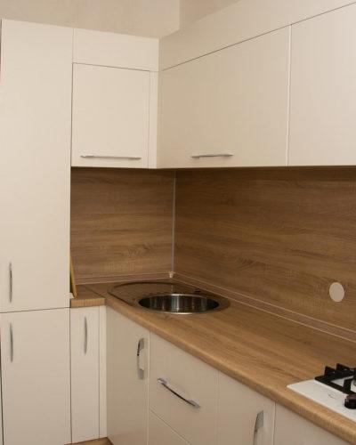 Кухня на заказ с древесной структурой